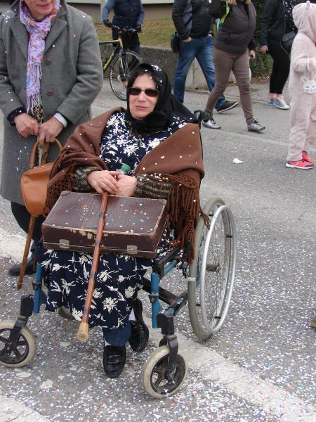 Maria prête pour aller en maison avec sa valise en carton