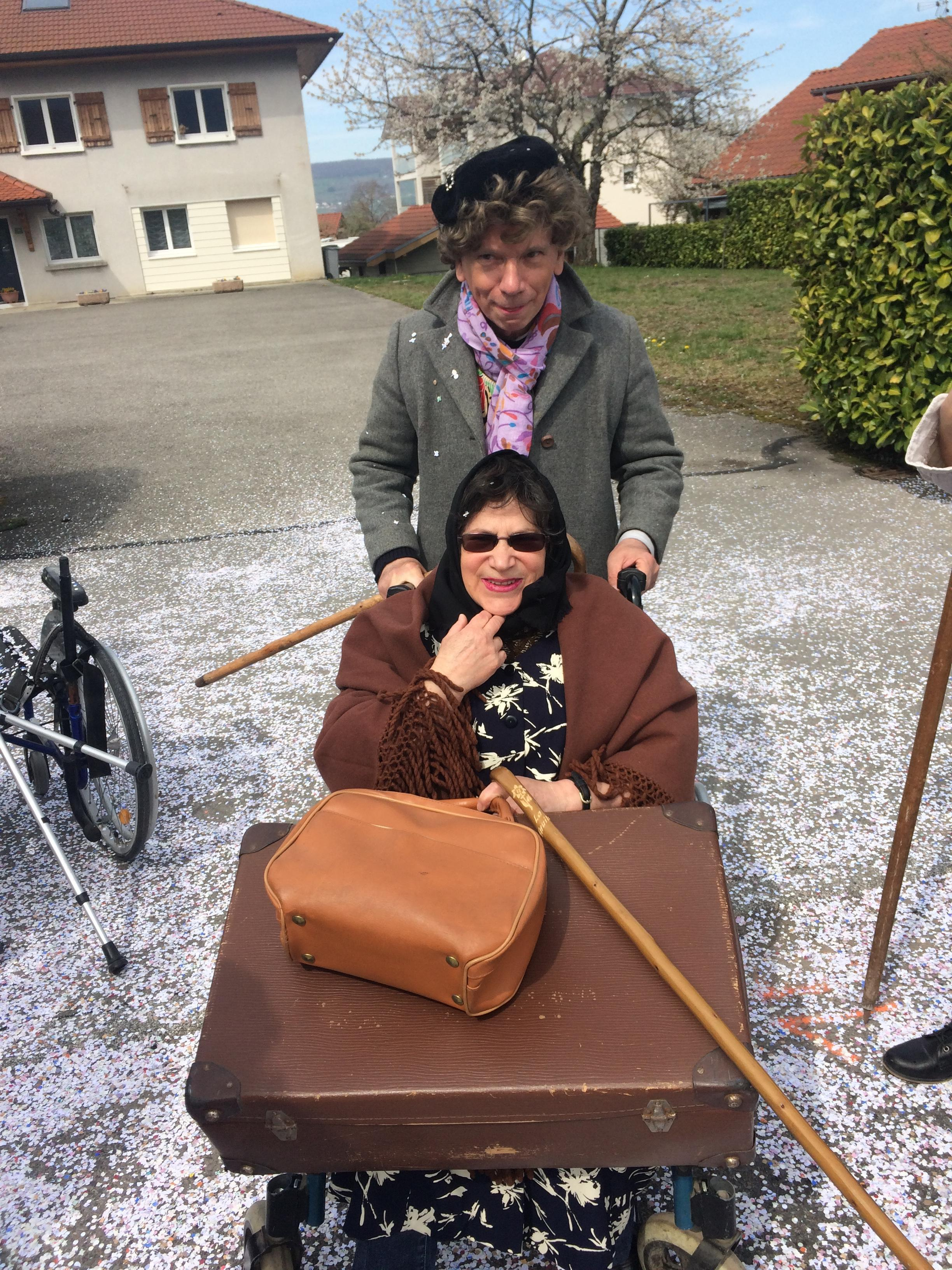 Maria et son mari en partance pour la maison de retraite